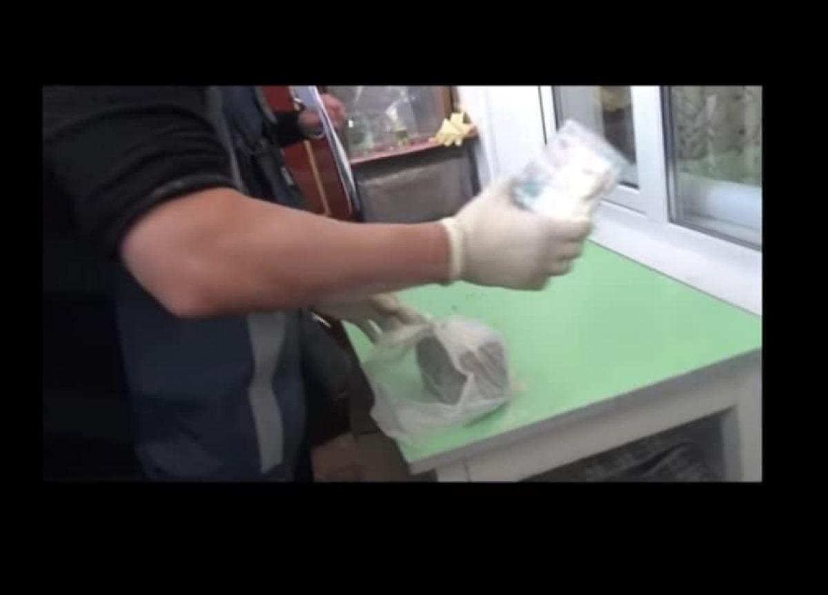 35 миллион теңге параны қаптағы ұнның ішіне тығып, темір бөшкеге жасырған (видео)