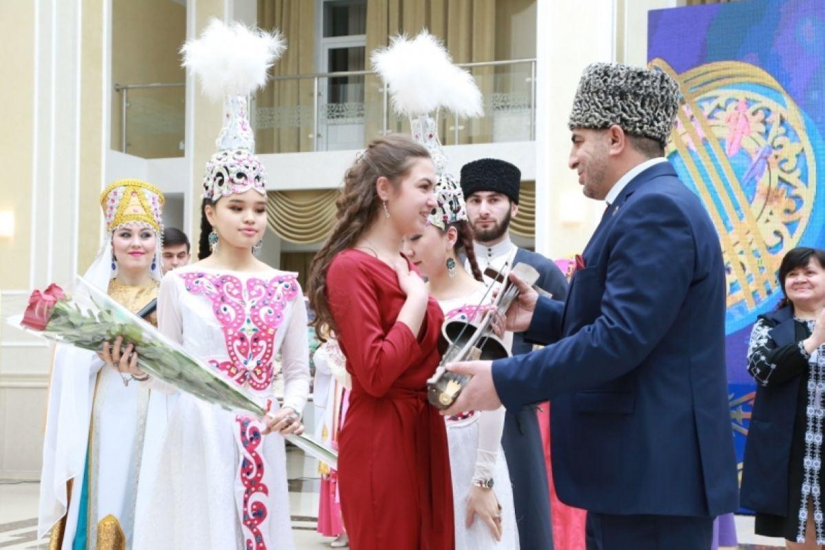 Алғыс айту күні, Жеңіс Қасымбек, Қарағанды