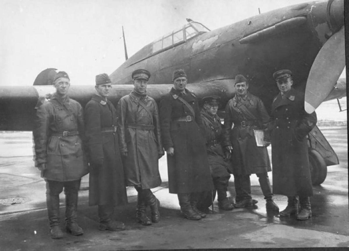 «Харрикейн» ұшағын сынақтан өткізген кеңестік бригада. Бұл ұшақтар да КСРО-ға «Ленд-лиз» бойынша берілген