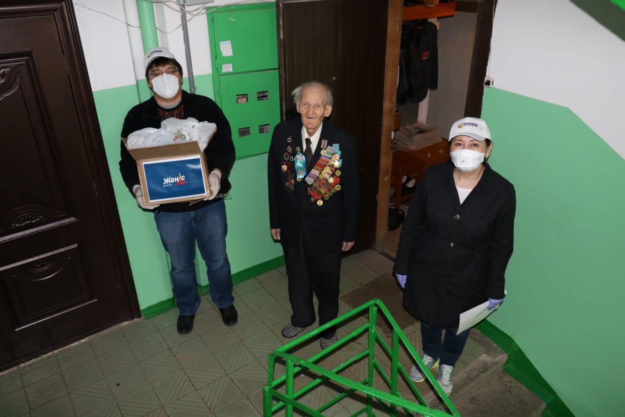 «Жеңістің» волонтерлері ардагерлерге көмек көрсетуде