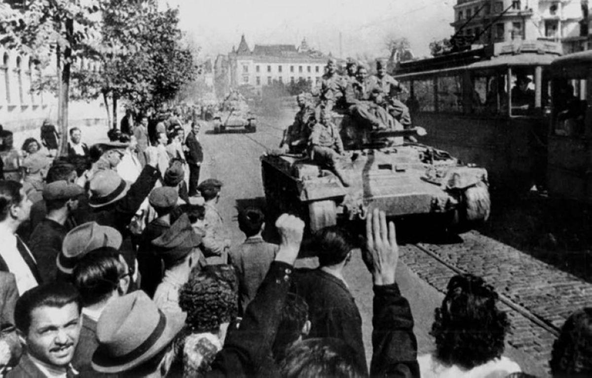 София тұрғындары америкалық «Валентайн» (Valentine) танкілерімен Болгария астанасына кірген кеңес сарбаздарын қарсы алып тұр