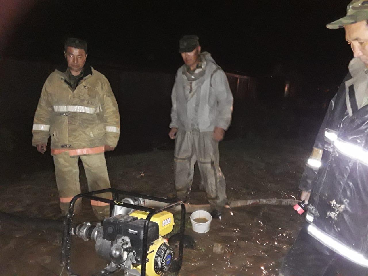 Түркістан облысында нөсер жауын салдарынан су тасып, тұрғындар көшірілуде 2