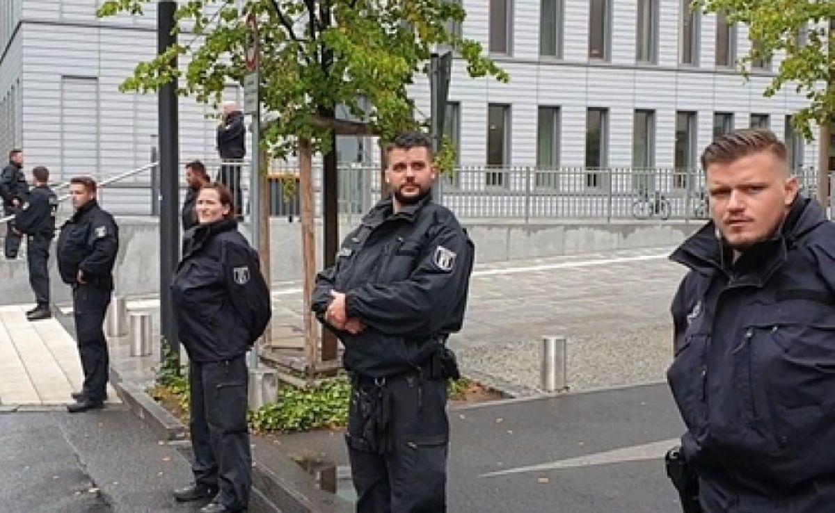 Оппозиционер жатқан аурухананы полицейлер күндіз-түні кезекпен күзетіп жатыр