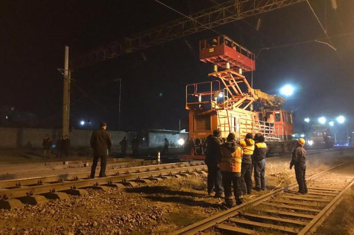 Шымкент теміржол стансасындағы 13 вагон жолдан шығып кетіп, аударылды