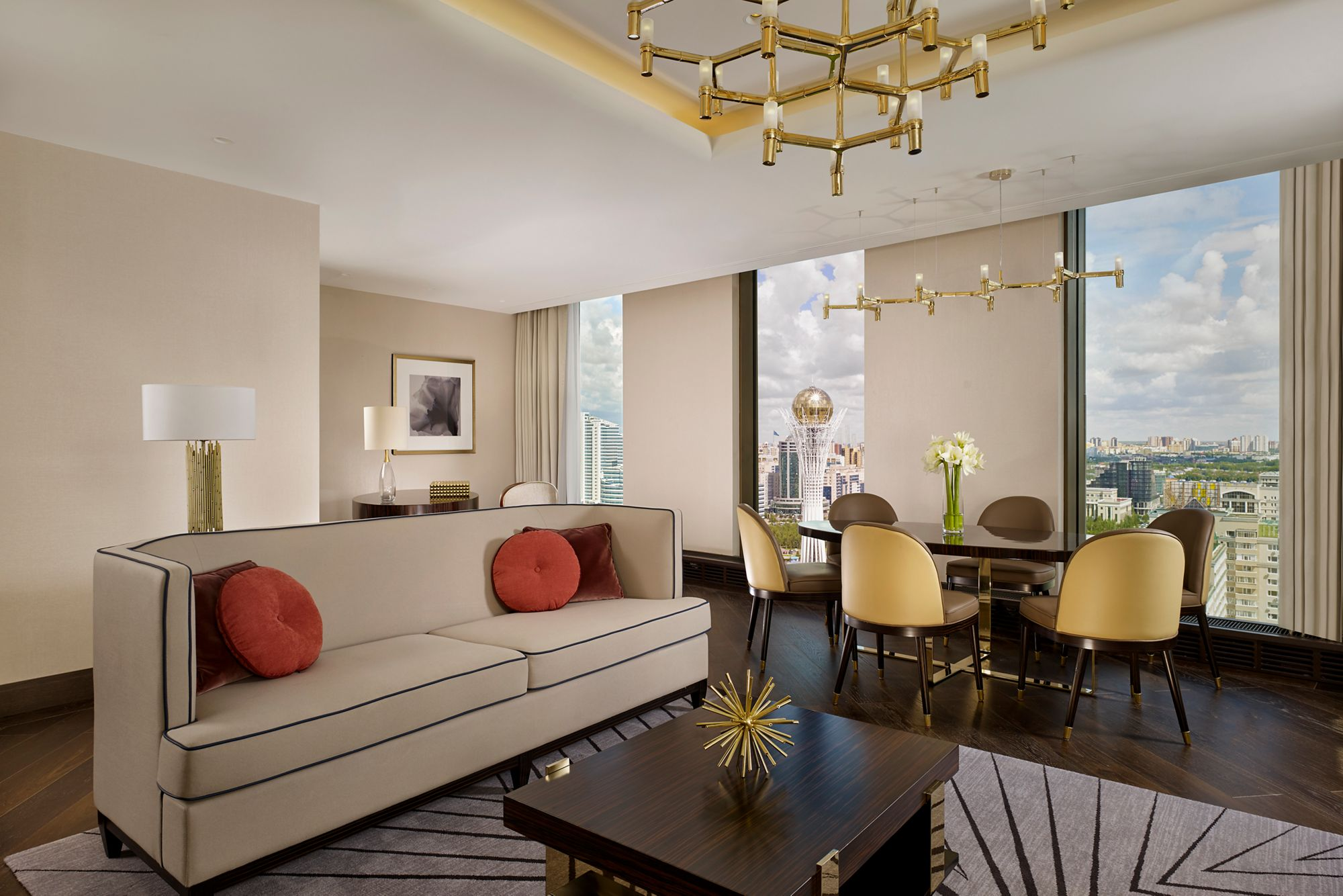The Ritz-Carlton Astana қонақүйіндегі өкілдік люкс бөлме.